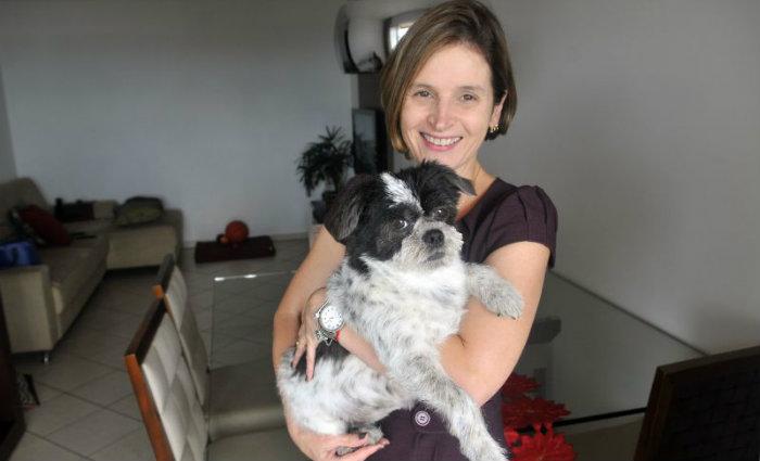 June Medeiros passou a usar alimentação natural para sua cadela Bebel. Foto: Minervino Junior/CB/D.A Press (June Medeiros passou a usar alimentação natural para sua cadela Bebel. Foto: Minervino Junior/CB/D.A Press)