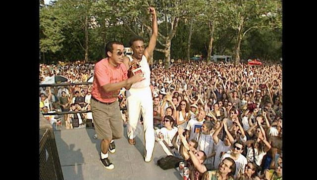 Gil fez uma histórica participação na primeira turnê internacional da Nação Zumbi. Foto: YouTube/Reprodução
