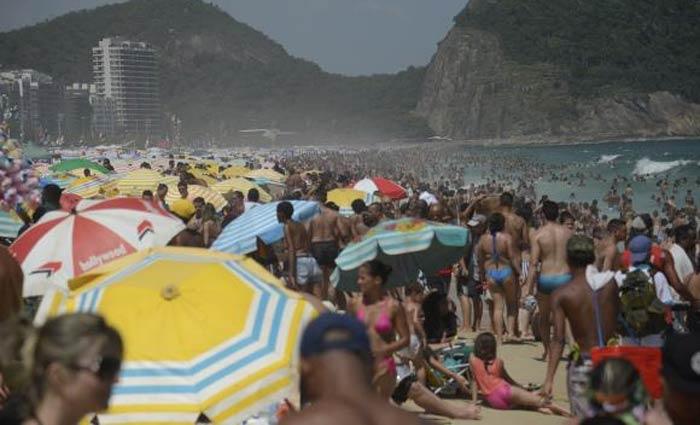 Turistas na Praia de Copacabana. Foto: Omaz Silva/Agência Brasil