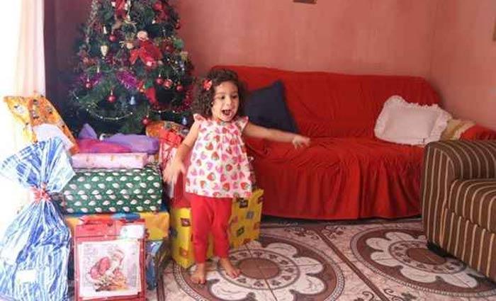 Helena Fagundes, 3, acompanhou a mãe na entrega de presentes a crianças de uma creche. Foto: Arquivo pessoal