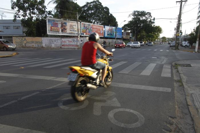 Faixa na Avenida Carlos de Lima Cavalcanti, em Olinda. Foto: Ricardo Fernandes/DP (Faixa na Avenida Carlos de Lima Cavalcanti, em Olinda. Foto: Ricardo Fernandes/DP)