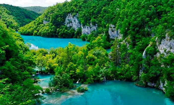 O parque nacional encanta os visitantes pela beleza da fauna e a imensidão dos lagos, ligados por passarelas de madeira. Foto: Bruno Monginoux/Flickr