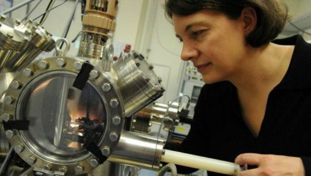 A professora australiana Michelle Simmons observa o menor transistor quântico do mundo em Sydney. Foto: AFP/ Torsten Blackwood/Reprodução