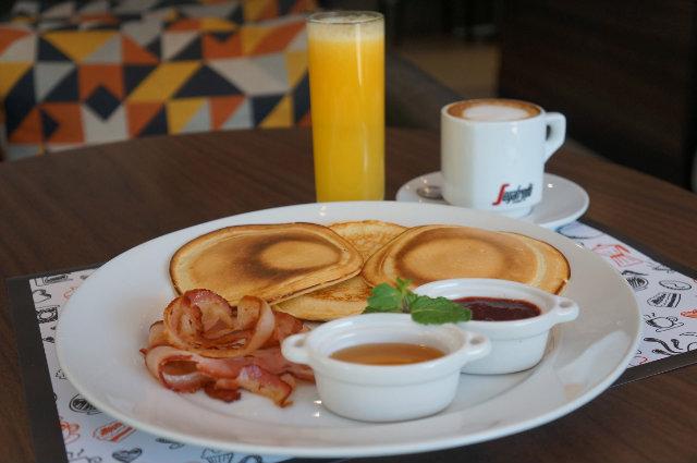 Café da manhã com panqueca e bacon é a pedida no 858 Gastrô. Foto: Carlos Pimenta/Divulgação