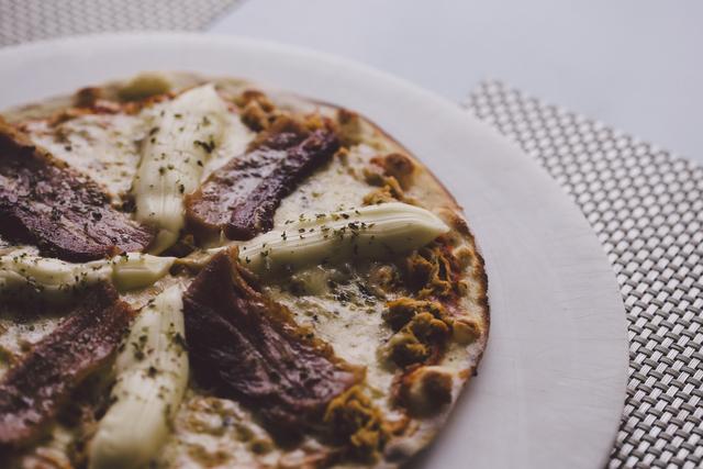 Na Barazzone, o bacon se destaca na pizza junto ao catupiry.