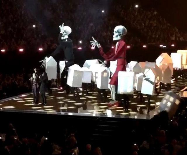 O que chamou a atenção no show e se tornou viral nas redes sociais foi o momento em que um dos dançarinos da cantora, com um figurino remetendo a uma casa, caiu do palco em cima da plateia. Foto: YouTube/Reprodução