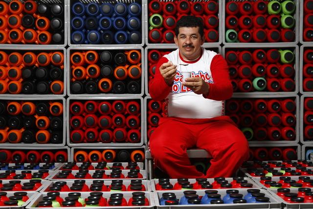 Leandro produz caldinhos de peixe, camarão, sururu e feijão. Foto: Rafael Martins/DP