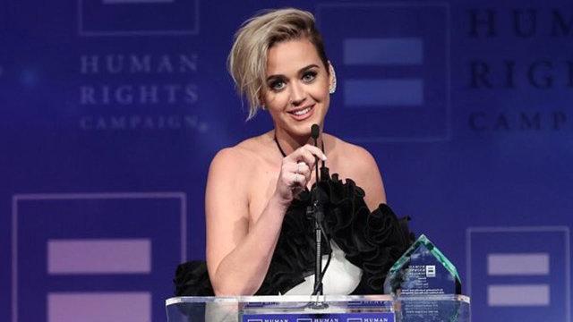 A cantora de 32 anos discursou no evento da Human Rights Campaign, nos Estados Unidos, em que recebeu um prêmio por promover os direitos humanos. Foto: YouTube/Reprodução