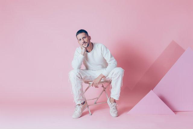 """""""Não tem esse papo de que homem não poder usar camisa rosa. Olhe pra frente! Se desprenda dos preconceitos"""", declara o fashionista. Foto: Caio Braz/Divulgação (Caio Braz/Divulgação)"""