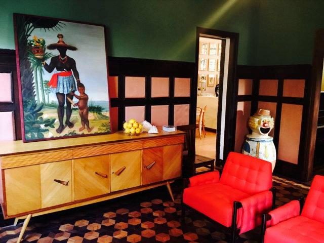 Os móveis, quadros e enfeites dão ar retrô e arrojado aos ambientes da casa. Foto: Facebook/Reprodução