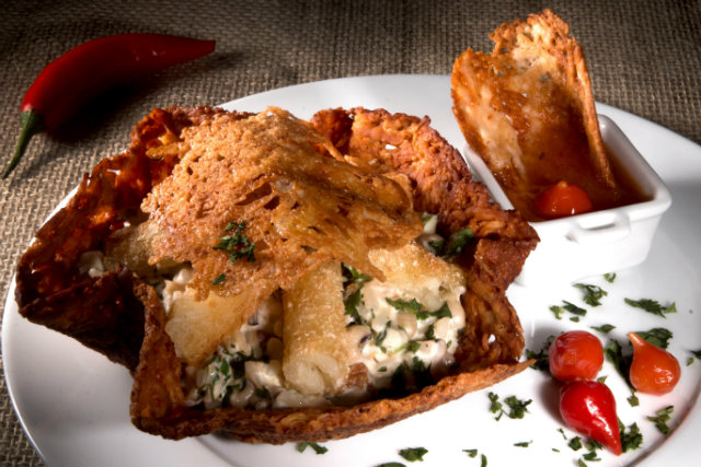 Baião de dez servido em uma cesta de queijo parmesão é o prato do Empório Baiano. Foto: Costa Neto/Divulgação