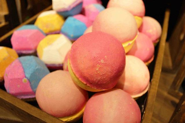 Parecem macarons, os biscoitos sequinhos por fora e molhados por dentro, mas são cosméticos. Foto: Lush/Divulgação