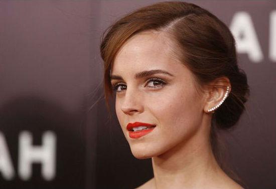 No tapete vermelho, a atriz Emma Watson sempre aparece com um modelo de Ear cuff diferente. Foto: Pinterest/Reprodução