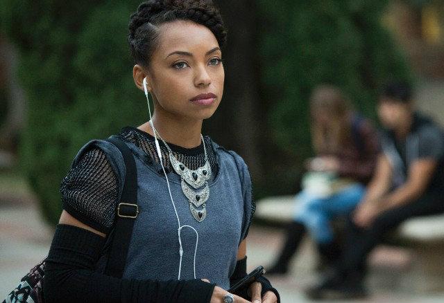 Programa de rádio apresentado pela protagonista Sam White (Logan Browning) denuncia casos de racismo no campus. Foto: Netflix/Divulgação