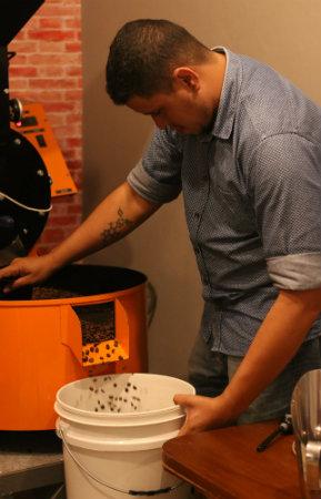 O barista Jonatahas realiza as torras do grão diariamente no Cordel Cafés Especiais. Foto: Gabriel Melo/Esp. DP