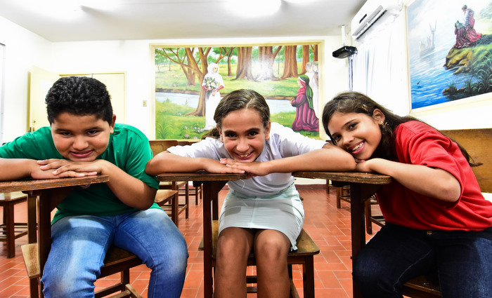Crianças sonham em viajar para a Itália e ter mais chance na vida profissional. Na foto, estão Éverton Carlos, Evellyn Kelly (c) e Adla Kauanne (D) Foto: Paulo Paiva/DP