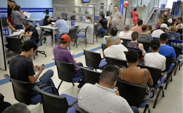 Trabalhadores do terceiro grupo começaram ontem a retirar os recursos nas agências da Caixa. Foto: Correio Braziliense/Reprodução