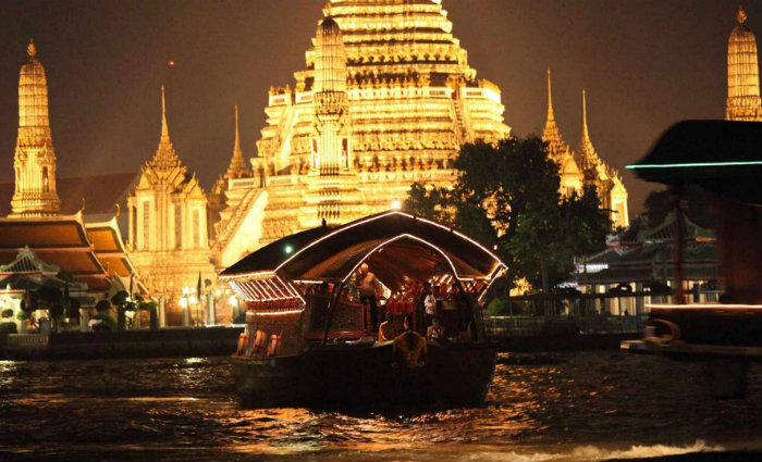 Cruzeiro pelo Rio Chao Phraya, em frente ao Wat Arun