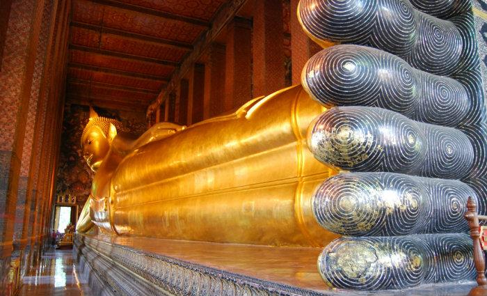 Wat Pho abriga a maior imagem reclinada de Buda da Tailândia