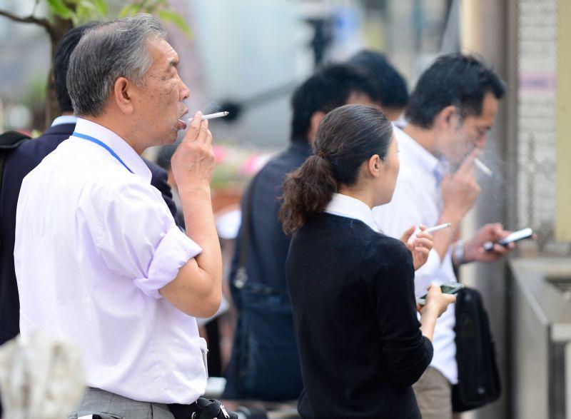 Área para fumantes em rua de Tóquio: OMS explora impacto ambiental - Foto: Toru Ymanaka/AFP