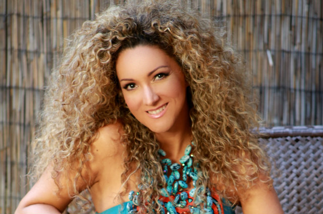 A artista é filha de mãe brasileira e mantém vínculo com o país. Apesar de fazer carreira em espanhol, os ritmos brasileiros estão presentes na sua música. Foto: Facebook/Reprodução