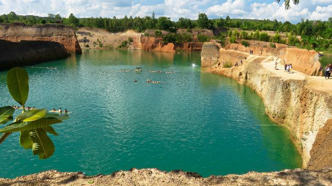 Assim como a Lagoa Azul (em Jaboatão dos Guararapes), o Grand Canyon de Chiang Mai é procurado para que quer tomar um solzinho ou praticar esportes radicais. Fotos: Diogo Carvalho/DP e AmazingThailand.com