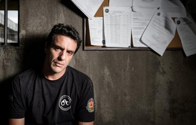 Rodrigo Lombardi vive o agente Adriano em Carcereiros. Foto: Globo/Divulgação