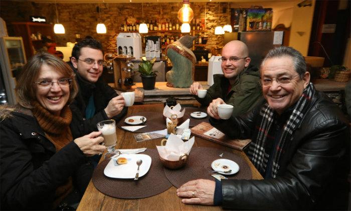 """Nivaldo Soares (D) e família em um café: """"Dá a impressão que estamos em outro país"""". Foto: Jair Amaral/EM"""
