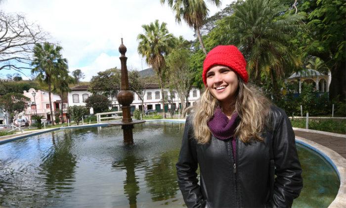 """A carioca Gabrielly Vasconcelos se surpreendeu positivamente com o frio em Mariana: """"No Rio faz muito calor"""". Foto: Jair Amaral/EM"""