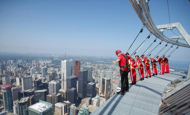 Libere a adrenalina ao caminhar na parte externa no topo da CN Tower, em Toronto (foto: EdgeWalk/Divulgacao)