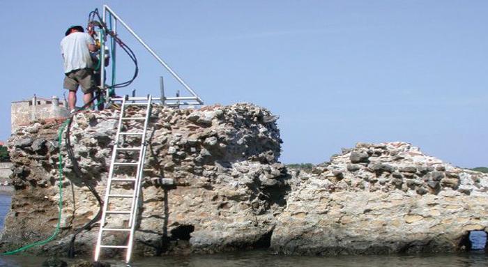 Antigo píer romano no Porto Cosano: água do mar infla os minerais agrupados nos blocos, deixando-os mais coesos. University of Utah/Divulgação