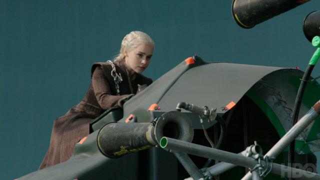 Os momentos em que Daenerys voa com Drogon foram registrados em um estúdio, com a ajuda de chroma key. Foto: YouTube/Reprodução