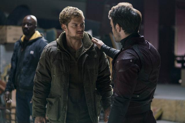 Em primeiro plano, Finn Jones e Charlie Cox enxergam amadurecimento nos personagens me relação a trabalhar em grupo. Foto: Netflix/Divulgação