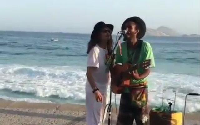 Cantor apresentou um trecho da música Imagine com artista de rua no Rio de Janeiro. Foto: Instagram/Reprodução