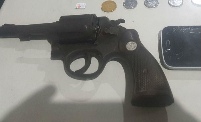 Homem armado foi preso no Terminal Integrado da Macaxeira. Foto: PM/ Divulgação
