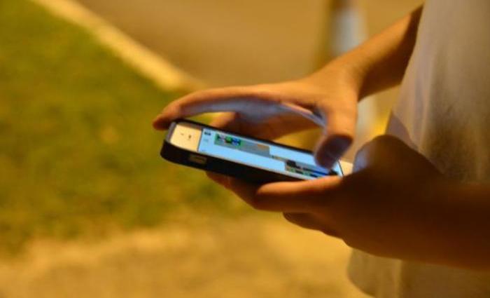 Pesquisa TIC Kids Online aponta que a maioria dos jovens de 9 a 17 anos das classes D e E acessa internet apenas pelo celular. Foto: Valter Campanato/Agência Brasil