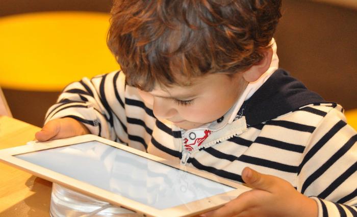 O uso de smartphones e tablets está roubando um tempo precioso do sono de meninos e meninas. Foto: Nadine Noerle/Píxabay