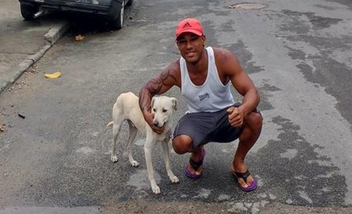 Homem adota cachorro que urinou nele  (Reprodução/Facebook)
