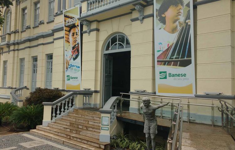 Um imponente prédio na Avenida Ivo do Prado, no Centro de Aracaju, abriga desde 2011 o Museu da Gente Sergipana (Claudia Eloi / DP)
