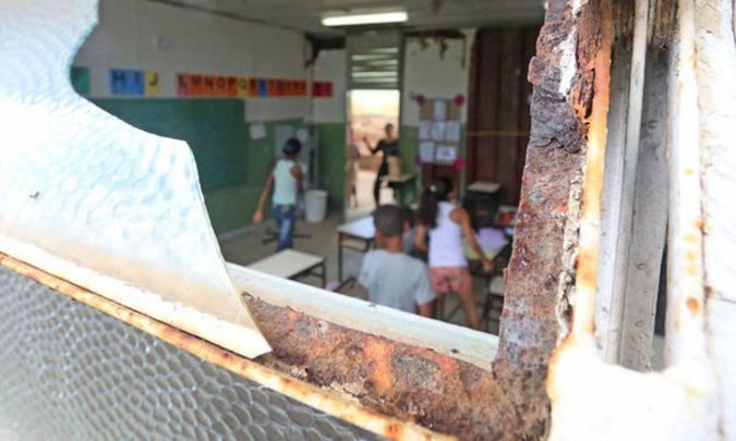 Estrutura em metal está deteriorada e coloca estudantes em risco. Foto: Leonardo Costa/Tribuna de Minas
