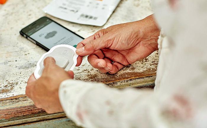 Pílula digital se comunica com um sensor adesivo, para transmitir a confirmação se o paciente ingeriu o medicamento - Proteus Digital Health