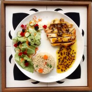 Frango grelhado com molho reduzido de maracujá com as guarnições de arroz integral à grega e a salada do dia. Foto: Dom Sain/Divulgação