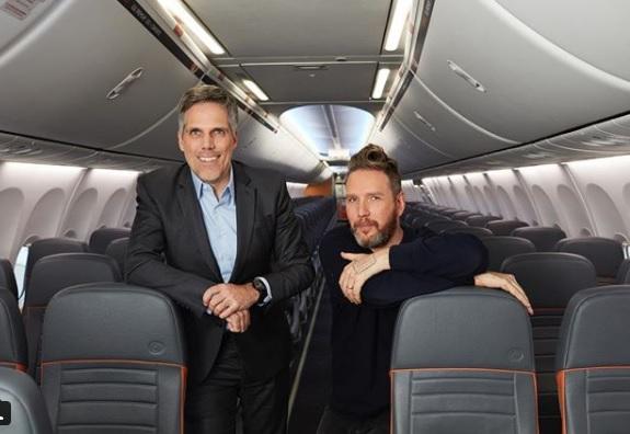 O presidente da Gol Paulo Kakinoff e Alexandre Herchcovitch em visita a uma das aeronaves. Foto: Reprodução/Instagram