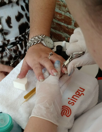 A preparação é a de sempre: retire a cutícula, lixe as unhas no formato que preferir e aplique a base. Aqui usamos a base fosca, porque ela evita manchas no esmalte. Foto: Singu/Divulgação