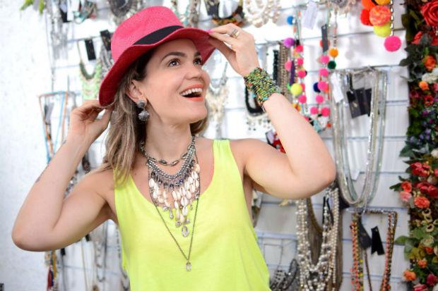 Brilho e peças em palha são algumas das apostas da designer. Foto: Juana Moura/Divulgação