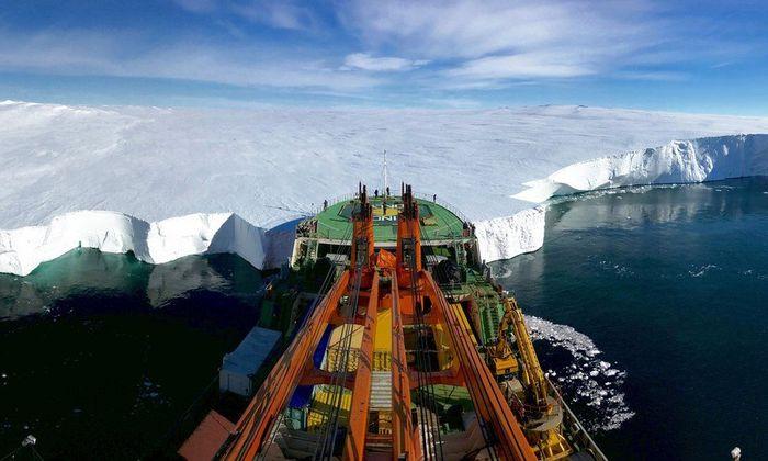 """O registro de um navio de pesquisa russo foi a fotografia subcampeã na categoria """"Ciência da Terra e Climatologia"""". Foto: Giuseppe Suaria."""