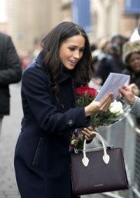 Meghan Markle em sua primeira aparição pública após anunciarem o noivado dela com o Príncipe Harry. Foto: Strathberry/Divulgação