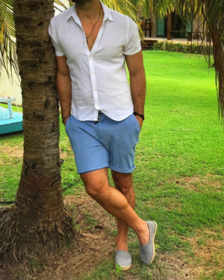 Os espadrilles ficam ótimos com bermudas um pouco acima do joelho e também podem ser combinadas com calças de linho ou de sarja. A dica é dobrar um pouco a barra e deixá-los à mostra. Foto: Noha Shoes/Divulgação