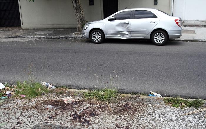 Fernando Cavalcanti Ribeiro foi assassinado, por volta das 8h, na calçada de casa. Foto: Julio Jacobina/DP (Fernando Cavalcanti Ribeiro foi assassinado, por volta das 8h, na calçada de casa. Foto: Julio Jacobina/DP)