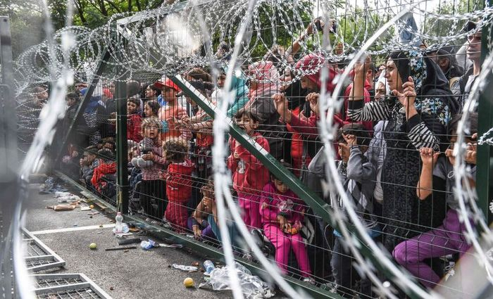 Barrados na fronteira: cerca construída pelo governo húngaro impede a entrada de centenas de famílias, a maioria delas sírias, provenientes da Sérvia. Foto: Armend Nimani/AFP (Foto: Armend Nimani/AFP)